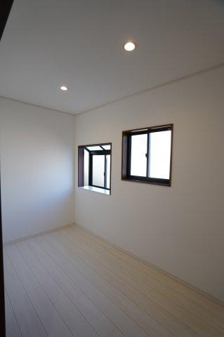 2階納戸 広々とした間取りの納戸!窓もあるので換気が出来ますよ。