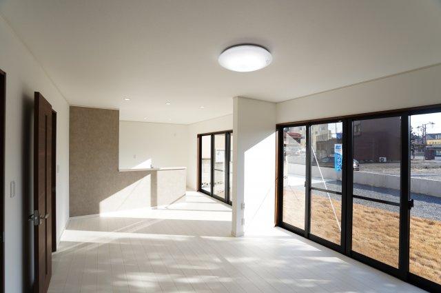 18帖 南向きの一面窓でたっぷりと暖かい陽射しが入ってきてゆったり快適に過ごせますね♪