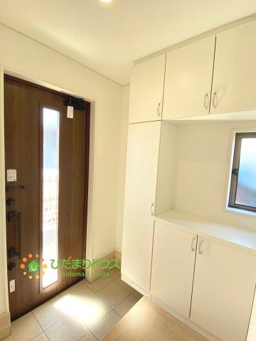 茶色のドアと白の収納棚がオシャレですね!