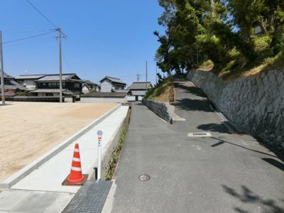 分譲地南側道路。幅員2.4m。