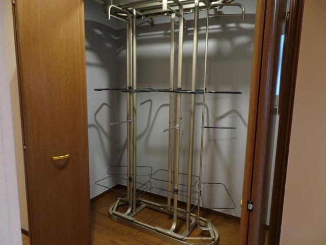 1階の独立したWICの中は、便利な収納器具です