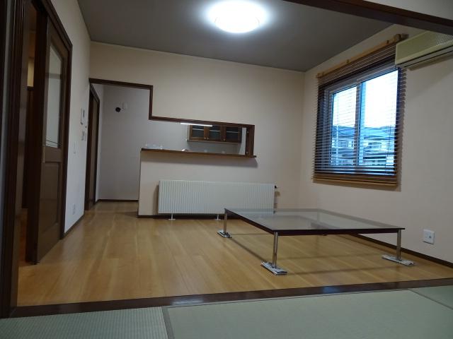 南の畳コーナーからキッチンを見ています。床、壁、天井が新しくなりました。新生活をここからスタート