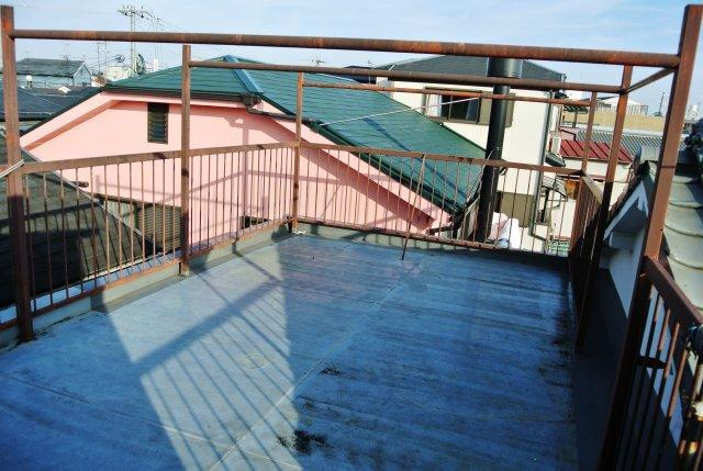 屋上には共用の物干しがあります。