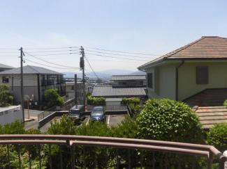 前面はさえぎる高層ビルもなく、美しい青空の眺望が広がります。