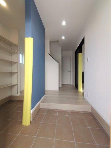 バルコニー。普段の洗濯干し場や布団干し場として利用できます。物干し竿を設置できる器具あり。※イメージ