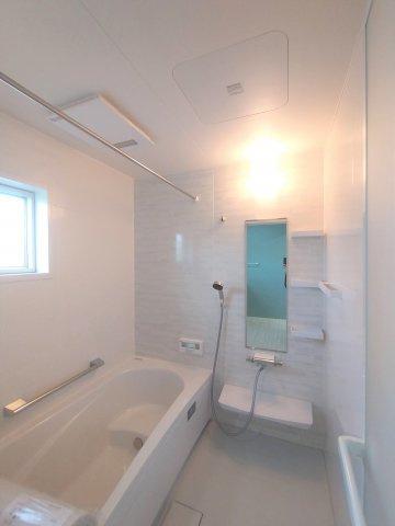 三面鏡タイプの洗面台。鏡裏や下部に大容量収納スペース。湯温や水量をレバー1つで調節可。※イメージです