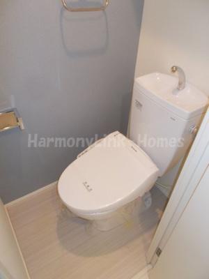 ハーモニーテラス日ノ出町Ⅳのゆったりとした空間のトイレです☆