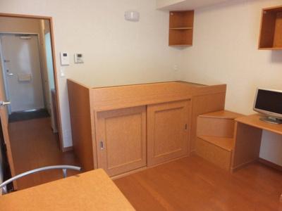 造り付ベッドの下も階段も収納スペースです