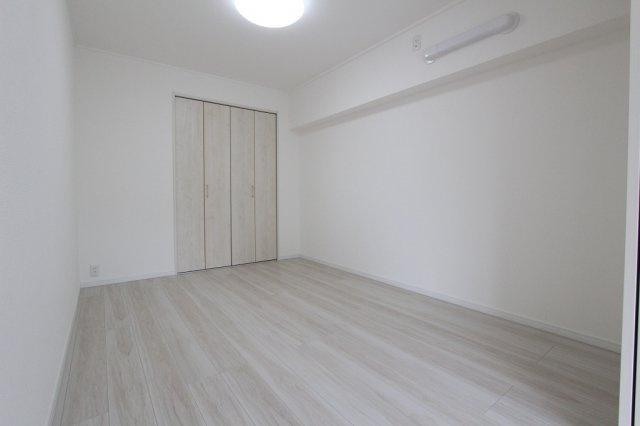 落ち着いた色調の洋室です:リフォーム完了しました♪平日も内覧出来ます♪