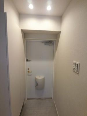 玄関部分です。 出勤前の身支度チェックに欠かせない姿見を玄関に備え付けました。玄関部分です。 出勤前の身支度チェックに欠かせない姿見を玄関に備え付けました。