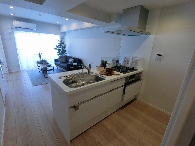 3口ガスコンロのシステムキッチンです。 家族と会話が弾む対面キッチン採用です。
