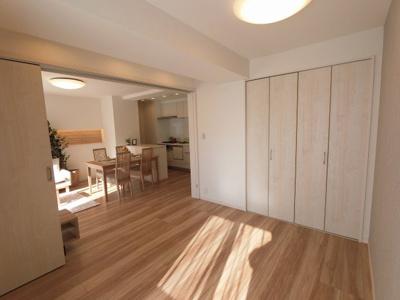 5.7帖の洋室は主寝室にいかがでしょうか。 バルコニーに面しており風通しが良く気持ち良く過ごせます。