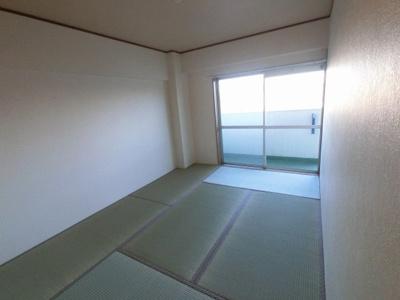 6.0帖の和室です。 バルコニーに面しており採光・風通し◎