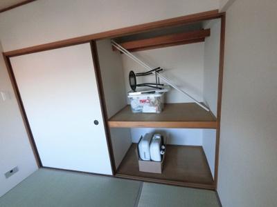 和室の押入です。 たっぷり収納できお部屋を広くお使いいただけます。