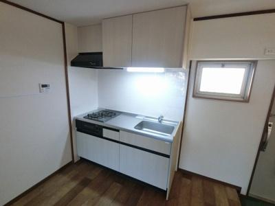 2口ガスコンロのシステムキッチンです。 窓がついており換気ができるので安心してお料理を楽しめます!