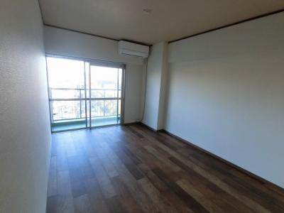 6.0帖の洋室は主寝室にいかがでしょうか。 バルコニーに面しており採光・風通し◎
