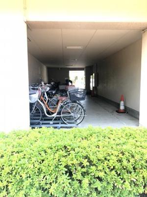 駐輪スペースです。すぐ横がエレベーターホールです。