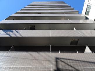 OKZAC(オクザック) 鶯谷駅から徒歩4分・日暮里駅から徒歩8分・入谷駅から徒歩11分の好立地。11階建ての外観タイル張りマンション。オートロック付きでセキュリティ安心。