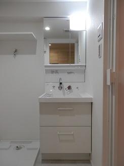 新品洗面台は、蛇口が壁についている最新タイプ。水が飛び散りにくくお掃除も楽々なんです。鏡の裏まで収納がありますので、物が沢山入ります