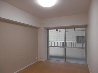 バルコニーに面した明るい洋室で換気や採光ばっちりです!