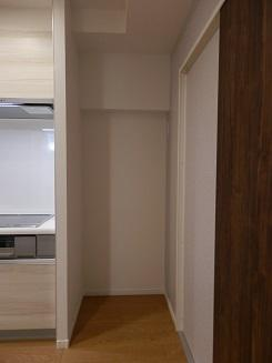 キッチン横に冷蔵庫や収納家具などを置くことができるスペースがあります