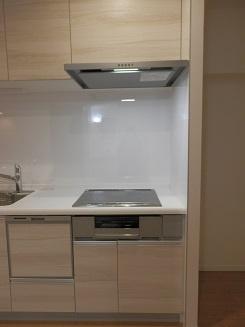 シンプルで機能的なシステムキッチン。より効率的に、楽しくお料理できるキッチンです♪
