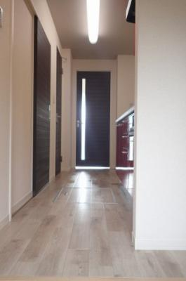 玄関からの眺望!キッチン上にライトがあるので明るい室内です♪