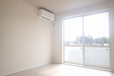 テラスに繋がる南西向き洋室6.3帖の陽当たりの良いお部屋です!エアコン付きで1年中快適に過ごせますね☆