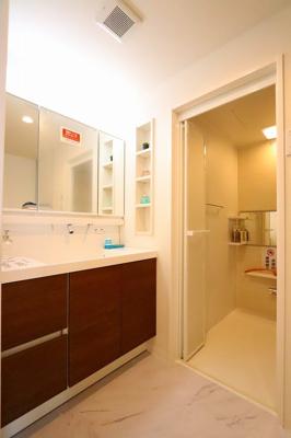 独立洗面台あり、毎朝おしゃれに忙しい女性の方におすすめです:リフォーム完了しました♪三郷新築ナビで検索♪