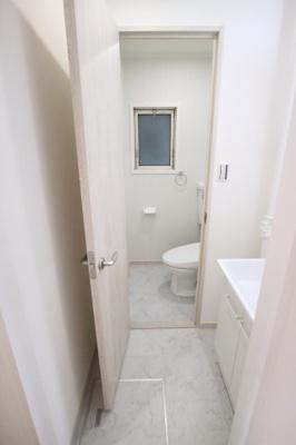 洗面所とトイレの床は大理石みたいな水に強いフロアタイルです♪