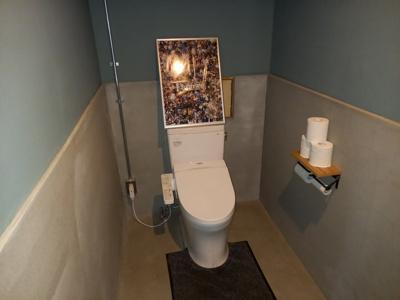 落ち着いた色調の共用トイレです