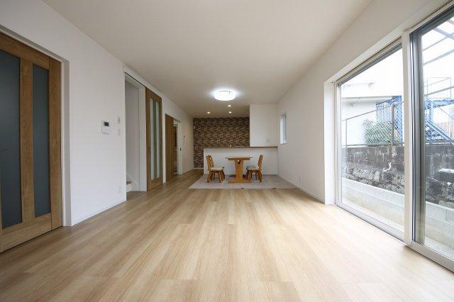 1階は約20帖の大空間LDKでゆったり。2階に3室の個室があります インテリアはナチュラルなカラーで統一されていてあたたかみのある雰囲気です