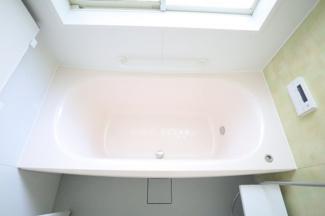 浴槽は淡いピンクな浴槽。