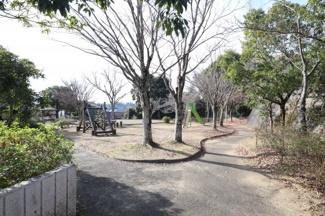近くの公園です。 適度に広く体を動かし疲れて帰っても徒歩1分の近さ。