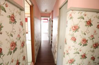 リビングまでの通路の途中には収納スペース2か所と直ぐ左手に和室あり。