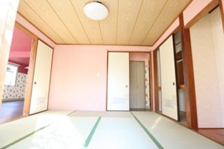 約8畳和室も方角が南向きなので陽当たり良好です。 床の間は東向き。