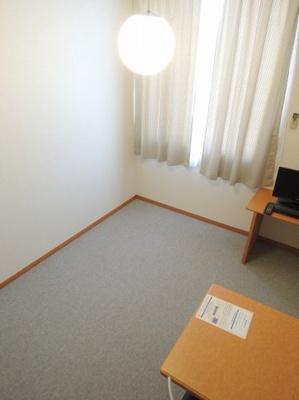 絨毯仕様の居室