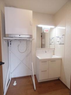 独立洗面台横には衣類乾燥機が設置済です。