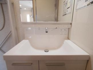 独立洗面台流しは上部に水栓があり水アカ等クリーニングのしやすさのメリットがございます。
