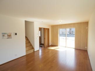 キッチン側からはリビングを見渡せ、中央のリビングイン階段は家族のコミュニケーションの機会が増えます。