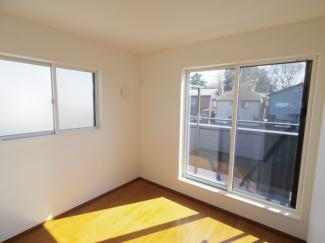 2階洋室の日当たりもご覧の通りとても明るい空間となっております。