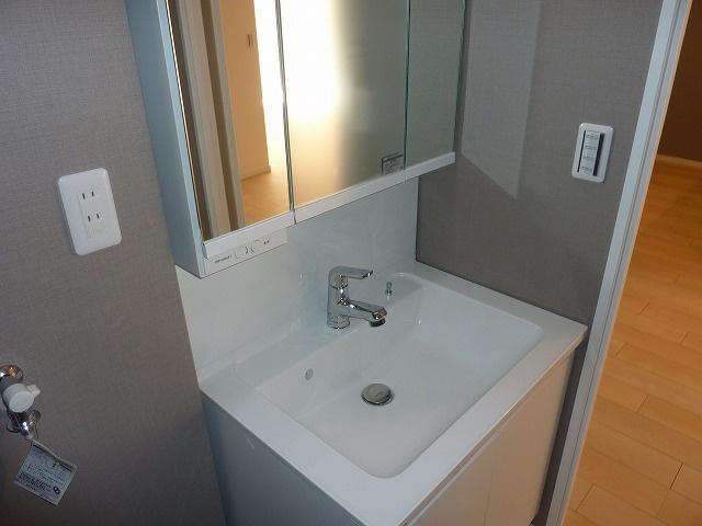 三面鏡付化粧洗面台です。鏡の裏は収納になっています。