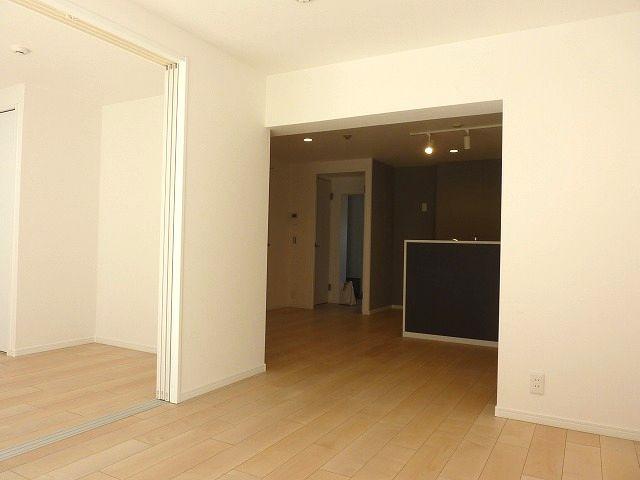 リビングは隣の洋室と続きで広く使えます。