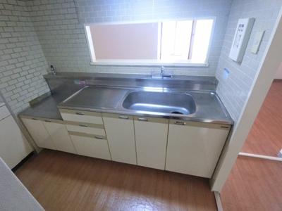 キッチンもきれいにお使いです。 キッチンに窓がついている為換気も良好です。