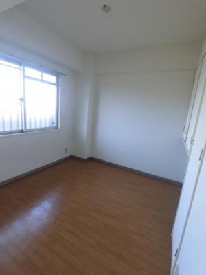 4.2帖の洋室です。 こちらはお子様のお部屋や書斎にいかがでしょうか?