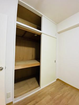 洋室4.5帖のお部屋にある収納スペースです♪お荷物の多い方も安心の収納力◎