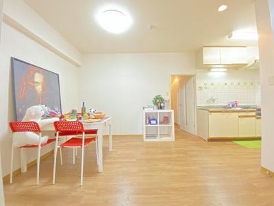 14帖リビングダイニングキッチンです☆椅子とテーブルを囲んで家族団欒の時間を過ごせます♪
