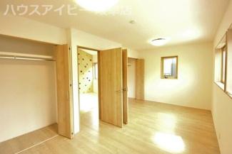 お家でボルダリング!!吹き抜けのあるリビング!お庭まで抜けれる玄関収納!遊びごごろをくすぐる1邸です。将来間仕切る事ができる洋室です♪