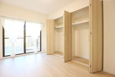 洋室6帖 たっぷりの収納スペースです♪