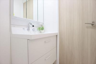 洗面化粧台は三面鏡ミラーキャビネットになっており、小物などの収納に役立ちます♪